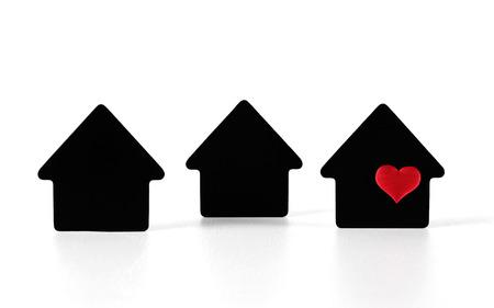 Simboli di casa nera su sfondo bianco con cuore rosso Archivio Fotografico - 82437354
