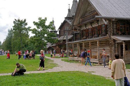 campesino: paisaje rural, casas campesinas, cantantes en trajes tradicionales en el Museo de Arquitectura de Madera Vitoslavlitsy