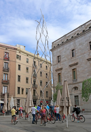 als: Barcelona, Spain - May 17, 2014: tourists visiting the art object Homenatge als castellers Editorial