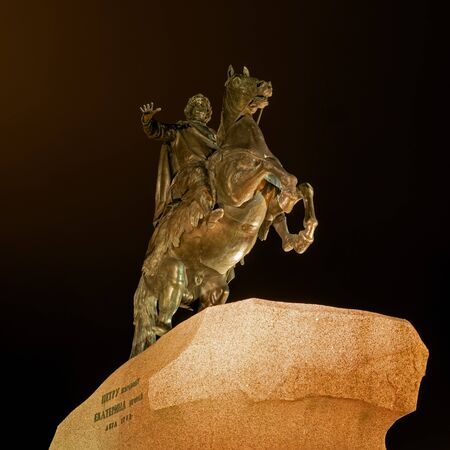 Famosa statua di Pietro il Grande -Bronzo Horseman- a San Pietroburgo. Fotografia Notte. statua equestre di Pietro il modello realizzato dallo scultore Etienne Falconet in 1768-1770. Archivio Fotografico - 58123235