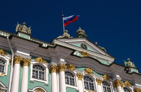 palacio ruso: Palacio de Invierno, bandera de Rusia sobre la entrada principal. San Petersburgo. Rusia. Foto de archivo