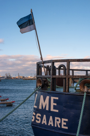 Estonian flag at the stern of the ship. Imagens