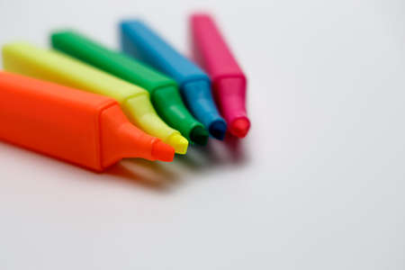 Highlighters in blue, red, yellow, neon, pink and green fanned out as a fan, opened textmarker looking onto the pen tip, Highlighters are very suitable to get creative ideas on paper. Imagens