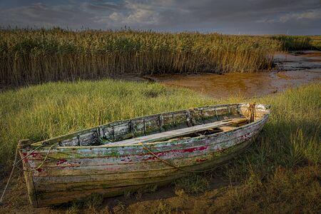 Oude en rottende houten roeiboot