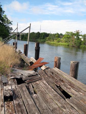 川沿いの古い腐敗ドック