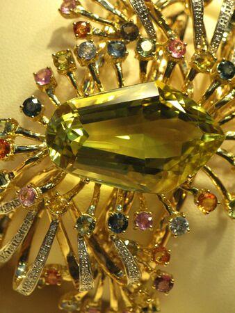 joyas de oro: Close-up de la configuración de oro con esmeraldas, saphires, diamantes, amatista jewerly braclet