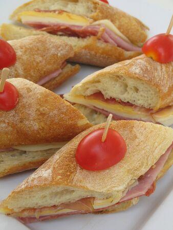 チェリー トマトをのせたフランスパンにハムのサンドイッチ