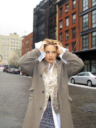 조끼와 도시에서 동물 프린트 치마와 금발 소녀의 패션 이미지