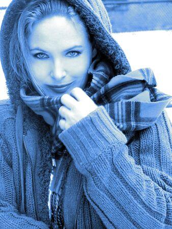 금발 소녀 스카프와 함께 스웨터에 웃으면 서 클로즈업 파랑 톤 흑백