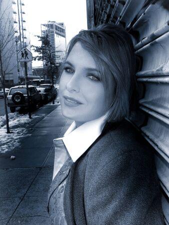 흰 셔츠 조끼와 재킷에 푸른 색조의 흑인과 백인 소녀 스톡 콘텐츠