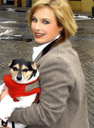 그녀의 강아지를 들고 재킷에 금발 소녀