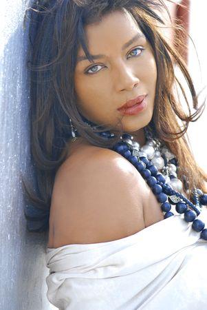 Zwarte vrouw draagt metalen kralen en sieraden buiten Close-up