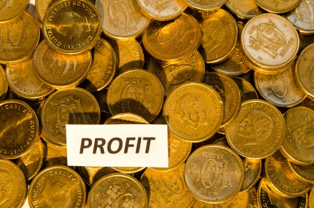 Pila di monete d'oro con un cartello indicante Profit photo