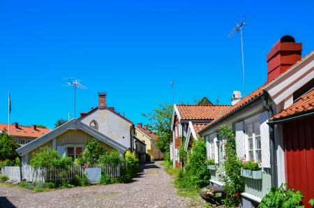 Street View von der Altstadt mit kleinen Holzhäusern in der schwedischen Stadt Kalmar an der Küste der Ostsee Lizenzfreie Bilder