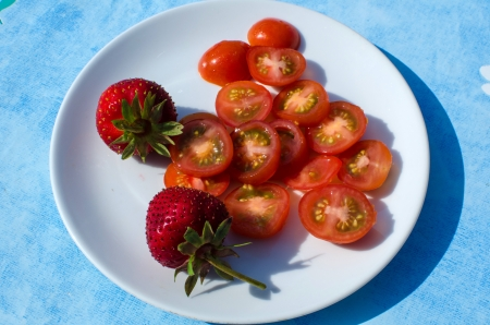 Sliced tomatoes and strawberries on a plate Stock Photo - 20724545