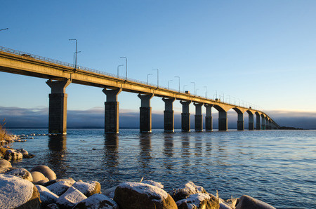 Die Öland-Brücke in Schweden in der ersten Wintermorgensonne. Die Brücke ist eine der längsten Brücken in Europa und verbindet die Insel Öland mit Schweden Festland.