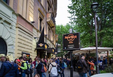 ローマ, イタリア - 2016 年 4 月 24 日: ローマのヴェネトでハードロック カフェ外 Evenening