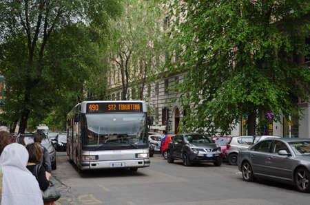イタリア、ローマ通り Via Veneto にバスで春にローマ, イタリア - 2016 年 4 月 27 日: ストリート ビュー