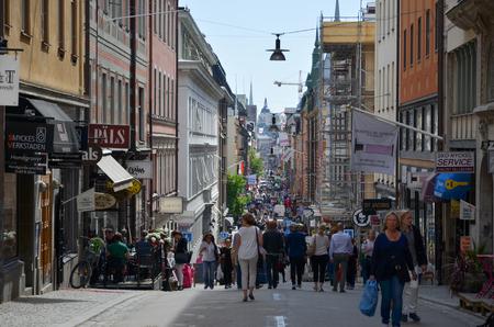 스톡홀름, 스웨덴 -2006 년 6 월 13 일 : 스톡홀름, 스웨덴의 중앙 부분에 쇼핑 거리 Drottninggatan에서 도시 생활