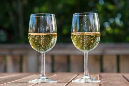 Erfrischungen mit zwei Gläsern Schaumwein auf einem Tisch Lizenzfreie Bilder