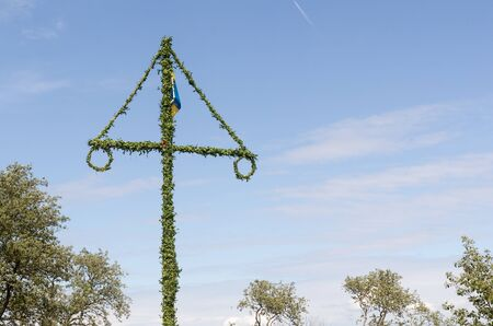 庆祝瑞典的仲夏用一片传统的maypole由蓝天