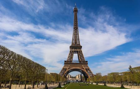Torre Eiffel a Parigi Francia contro il cielo blu con nuvole. Archivio Fotografico