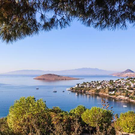 Costa del mar Egeo con maravillosas aguas azules, rica naturaleza, islas, montañas y pequeñas casas blancas