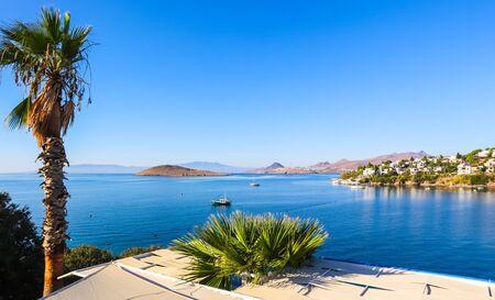 경이로운 푸른 물, 풍부한 자연, 섬, 산, 작은 하얀 집이 있는 에게해 해안