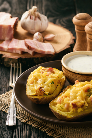 dinner jacket: Baked potatoes with bacon, cheese and parsley.
