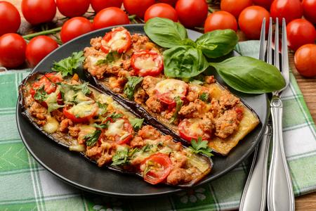 おいしい前菜-ミンチ肉、トマト、チーズと焼きナスのグリルします。 写真素材