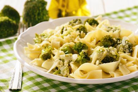 ベジタリアン料理 - パスタ ブロッコリーとチーズの木製の背景。
