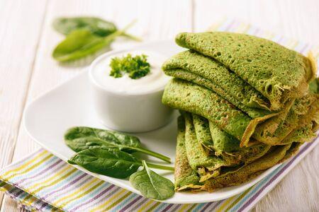 ほうれん草の緑 (クレープ) のサワー クリームとパンケーキします。