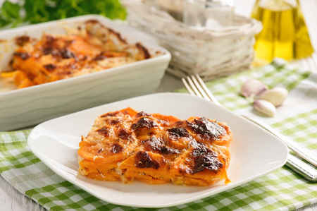 ベジタリアン料理 - サツマイモのキャセロール。 写真素材