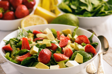 Spinach salad with strawberries, avocado and cheese. Imagens