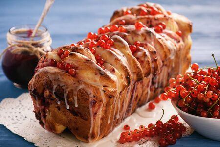 Zoet zelfgebakken brood met bessenjam.