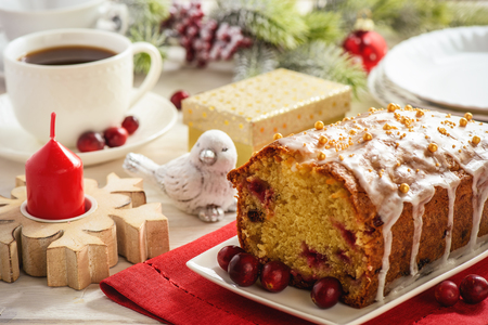 Christmas cranberry loaf and cup of coffee. Banque d'images