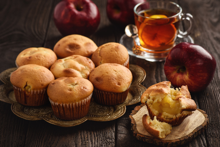 Homemade muffins with apple stuffing. Standard-Bild