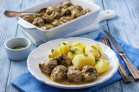 Schwedische Frikadellen mit cremiger Soße und Salzkartoffeln.