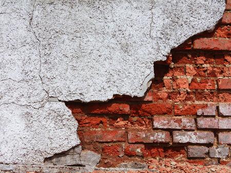pared rota: Una fábrica de ladrillo viejo rojo. Se puede utilizar como un fondo.