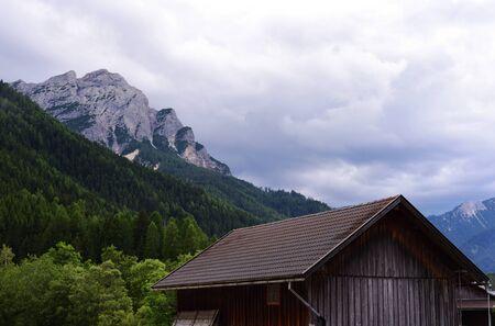 Il tetto di un vecchio fienile nella valle di montagna