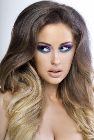 Portrait der attraktiven jungen Frau mit langen lockigen Haaren und ombre bunten Make-up. Standard-Bild - 23825795