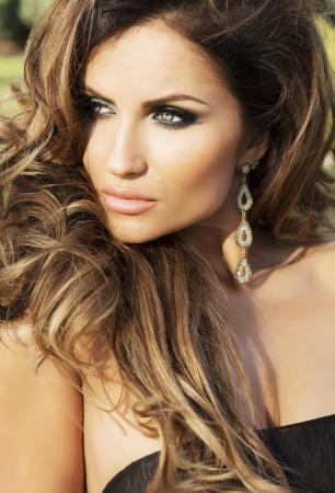 Sonnig Porträt der schönen Frau mit langen lockigen Haaren und Make-up perfekt. Standard-Bild - 24254767