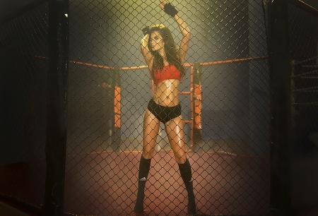 boxeadora: Mujer joven boxeador bonita de pie en el anillo, lo que representa