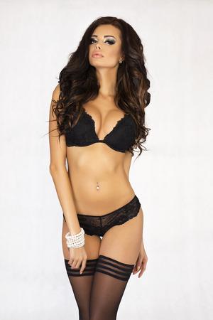 mujeres eroticas: Sensual posando hermosa mujer morena. Se�ora atractiva con el pelo largo que llevaba ropa interior sexy.