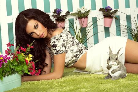 Portrait artistique de belle femme brune dans le jardin, au printemps. Banque d'images