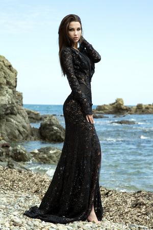 mujer cuerpo completo: Hermosa mujer de moda joven posando en traje. Tiro al aire libre. Todo el cuerpo. Brunette elegante dama. Foto de archivo