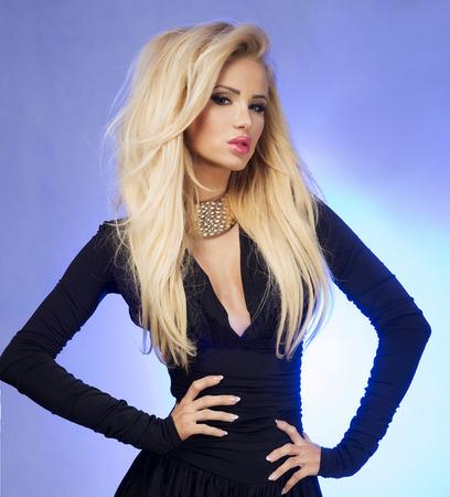 capelli biondi: Closeup ritratto di bellezza di donna sexy bionda con il trucco di glamour. Ragazza guardando a porte chiuse. Acconciatura elegante.
