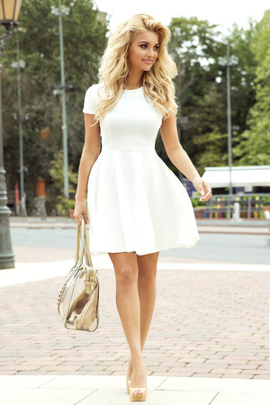 Modische schöne blonde Frau posiert im Freien. Lächelnden Mädchen. Standard-Bild - 32708643