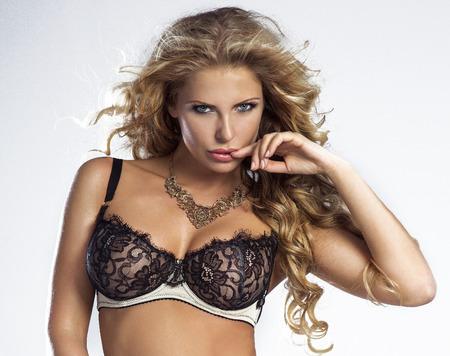 Schönheitsportrait der reizvollen blonden Frau in Dessous. Mädchen Blick in die Kamera Standard-Bild - 34072767