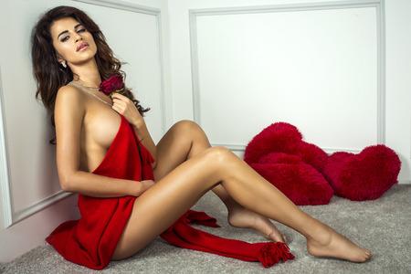 donne brune: Sexy donna in posa bruna, guardando a porte chiuse. Ragazza con il corpo perfetto. Studio shot.